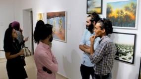 """""""خذ بيدي أيها المستحيل"""".. معرض جماعي للوحات شباب فلسطيني"""