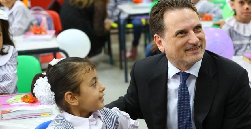 المفوض العام للأونروا بيير كرينبول (يمين) ينضم إلى فصل من الفتيات في يومهم الأول من المدرسة في مدرسة الصبرا الإعدادية المختلطة في غزة