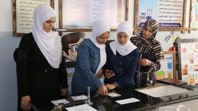 """غزة: المعلمة ريم أبو عيطة تستخدم تقنية """"الواقع المعزز"""" في تدريس الكيمياء"""