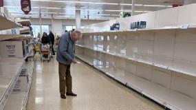 (كسرت قلب بريطانيا).. صورة حزينة لعجوز أمام الأرفف الفارغة تثير موجة انتقادات