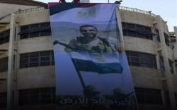 """صورة """"المنسي"""" على مبنى قصفه الاحتلال.. حين أقيم عزاء لأبطال مصر في غزة"""