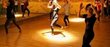 فرقة بالقدس تجمع راقصين من أنحاء العالم لتقديم دروس مجانية عبر الإنترنت