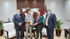 رئيس الوزراء يتسلم من أبو هولي التقرير السنوي لدائرة شؤون اللاجئين