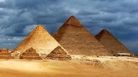 عالم مصري يكشف هوية بناة الأهرامات الحقيقيين