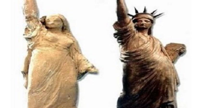 النموذج المصري الذي عمل عليه النحات يسار الصورة والنموذج النهائي في متحف كولمار الفرنسي (التمبو)