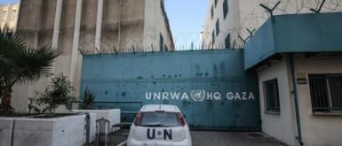 """بسبب الأزمة المالية.. """"أونروا"""" تنهي عقود عمل عشرات الموظفين بغزة"""